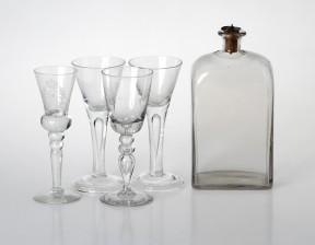 Viinapullo ja laseja, 4 kpl