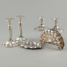 Kynttilänjalkoja, 2 paria, lautasliinateline ja tuhkakuppi