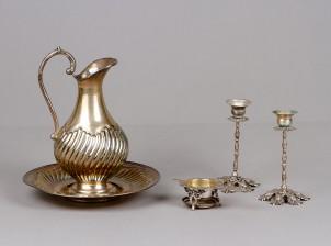 Kannu, vati, teesiivilä ja kynttilänjalkapari