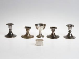 Kynttilänjalkoja, 2 paria, pikari ja lautasliinarengas