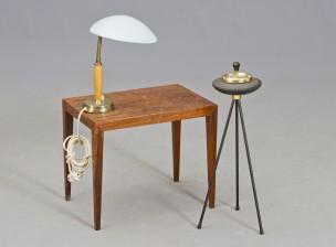 Pöytä, tuhkakuppi ja pöytävalaisin