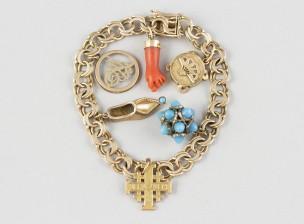 Rannekoru ja amuletteja