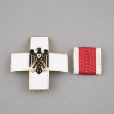 Saksan Punaisen Ristin ansioristi kotelossa