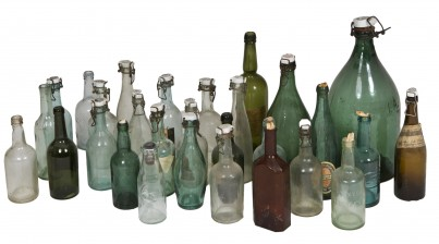 Erä pulloja ym.