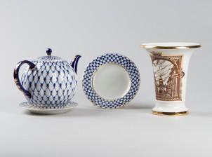 Teekannu, lautasia, 2 kpl ja maljakko