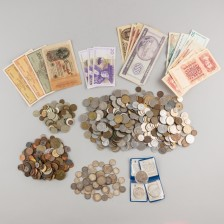 Erä suomalaisia ja ulkomaisia rahoja