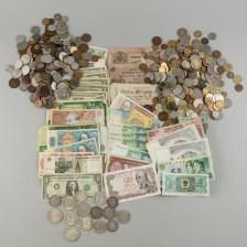 Erä ulkomaisia seteleitä ja kolikoita