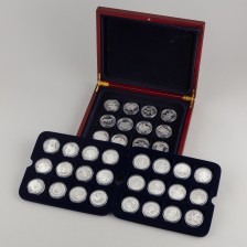 Erä hopeamitaleita laatikossa