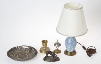 Pöytävalaisin, kulho, figuriini, kynttilänjalka ja soittokello