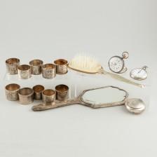 Taskukelloja, 2 kpl, peili, harja rasia ja lautasliinarenkaita 10 kpl
