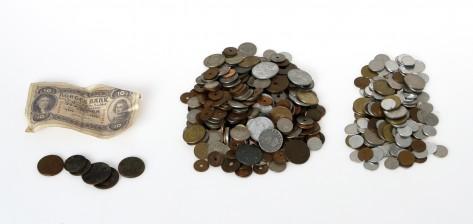 Erä kolikoita ja seteli