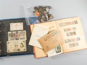 Erä seteleitä, kolikoita ja postimerkkejä