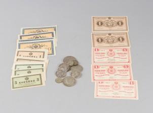 Erä hopearahoja ja seteleitä