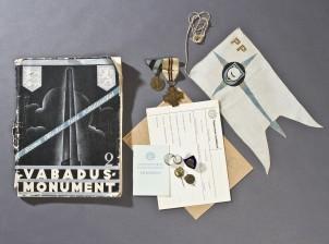 Erä kunniamerkkejä, pöytäviiri, kirja, yms.