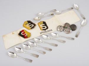 Erä merkkejä, käsivarsinauhoja ja palkintolusikoita, 12 kpl