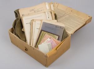 Kaasunaamarin rasia, laukku ja erä dokumentteja