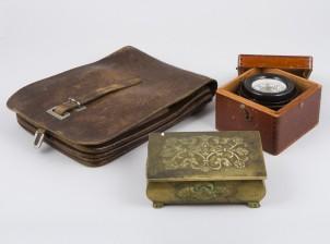 Kompassi, karttalaukku ja rasia