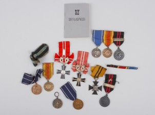 Erä kunniamerkkejä ja sotilaspassi