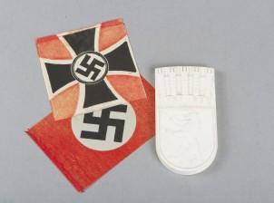 Muistolaatta ja lippuja, 2 kpl