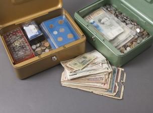 Erä kolikoita ja seteleitä