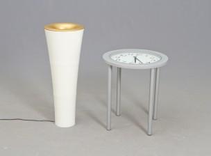 Pöytä ja valaisin