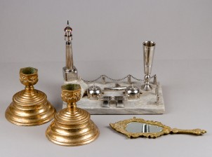 Mustepulloteline, kynttilänjalkapari ja peili