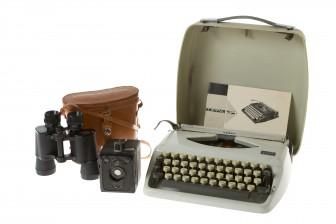 Kiikarit, kamera ja kirjoituskone