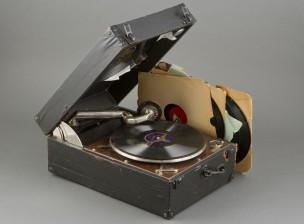 Matkagramofoni + levyjä