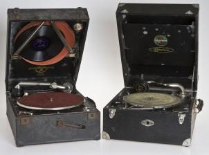 Gramofoneja, 2 kpl ja levyjä