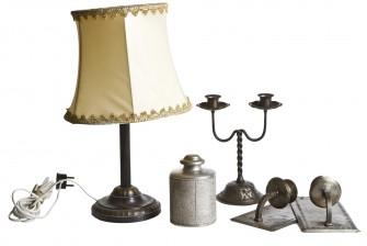 Pöytävalaisin, lampettipari, purkki ja kynttilänjalka