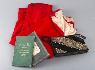 Kirja, laukku ja housut
