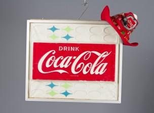 Coca-Cola kyltti ja hattu