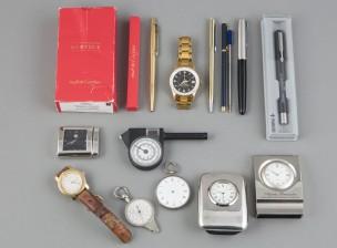 Erä kelloja, kyniä ym